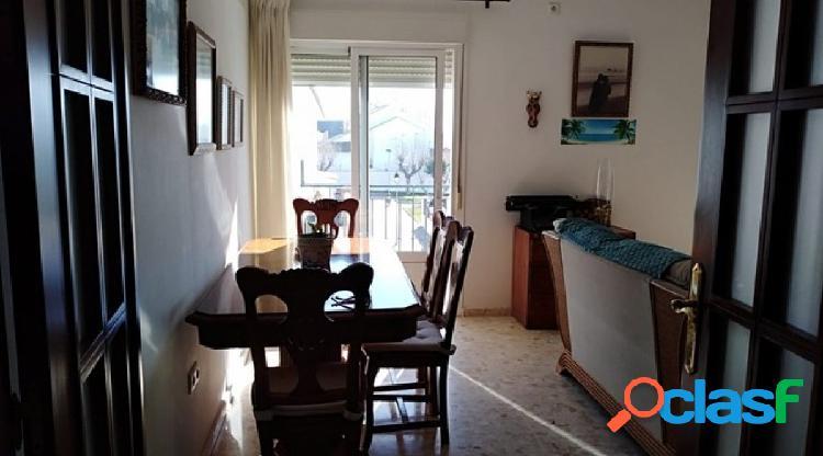Gran piso con terraza y pequeño estudio en zona tranquila y céntrica