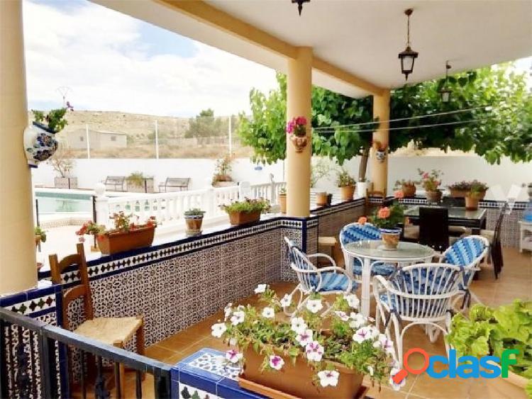 Chalet 195 m2, parcela 2800 m2, 5 dormitorios, 3 baños, jardín, piscina.