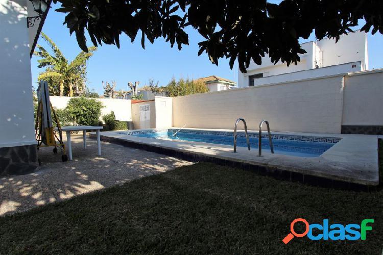 Gran casa sobre una parcela enorme con piscina en santa clara