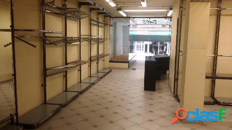 Local comercial ubicado en unas de las mejores zonas de marianao, el local es prácticamente diáfano, persianas eléctricas, zona de almacén, varios vestidores y escaparate de 6m². el local a e