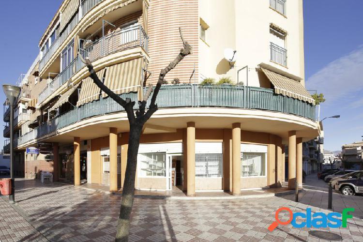 Magnífico local en Santa Fe con 4 persianas al exterior haciendo esquina en una gran plaza.