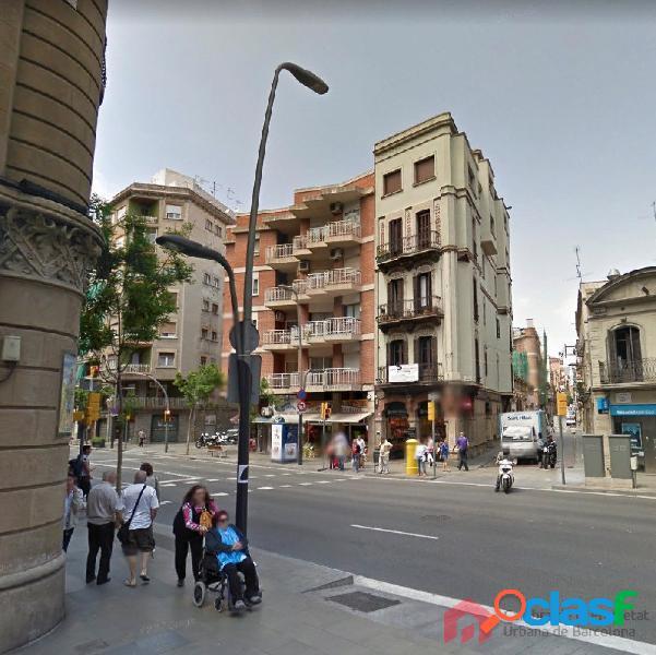 Local comercial en venta con patio y con inquilino junto a la Plaça de Sants 2