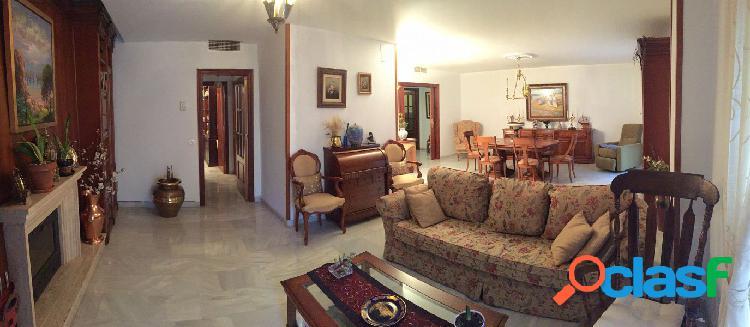 Excelente piso en centro junto al ayuntamiento de 300m2, 5 habitaciones, 4 baños, 2 patios y garaje.