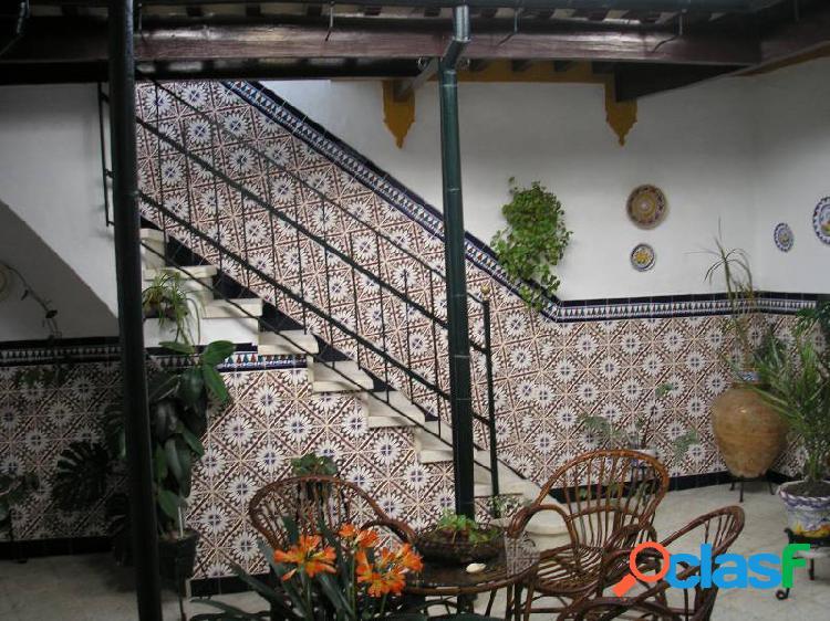 Casa centrica, patio central con vigas madera, jardin