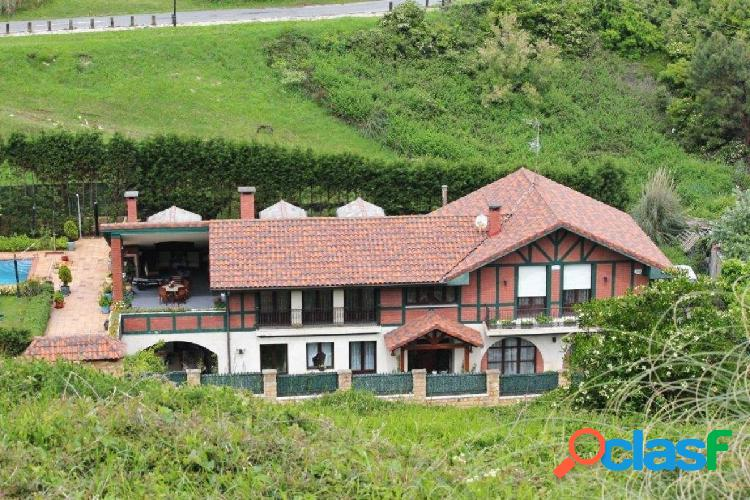 Casa con terreno junto a la playa de arrietara