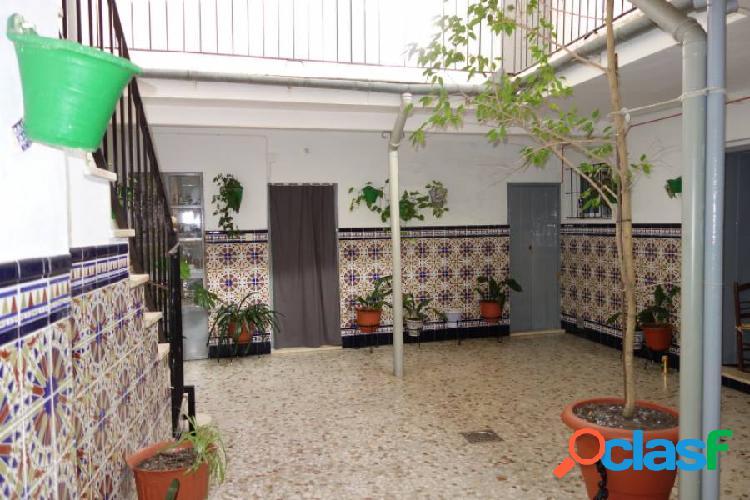 "Casa ""próxima a centro"", patio central grande, solar de 294 m2."