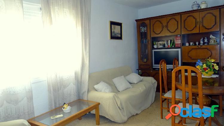 Amplio piso en zona centro con 3 dormitorios.