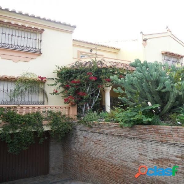 Villa exclusiva en el centro de Fuengirola. Garaje para varios vehículos, terraza amplia