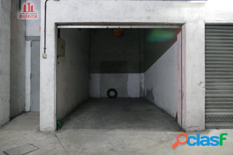 Plaza de garaje cerrada próxima al jardín del posio