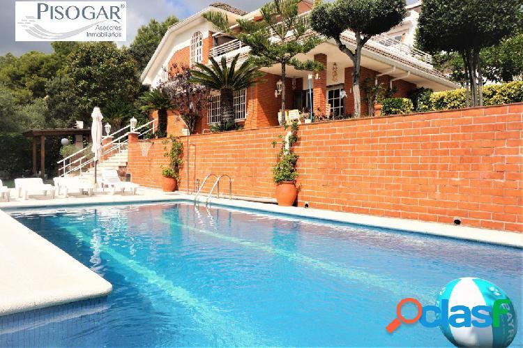 Casa en montemar- castelldefels con piscina y hermosas vistas al mar, montaña y ciudad.