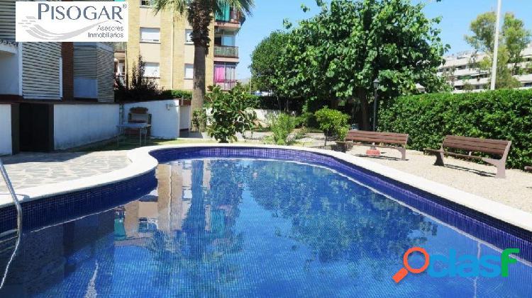 Piso en venta, en zona playa con terraza esquinera y zona comunitaria con piscina!!