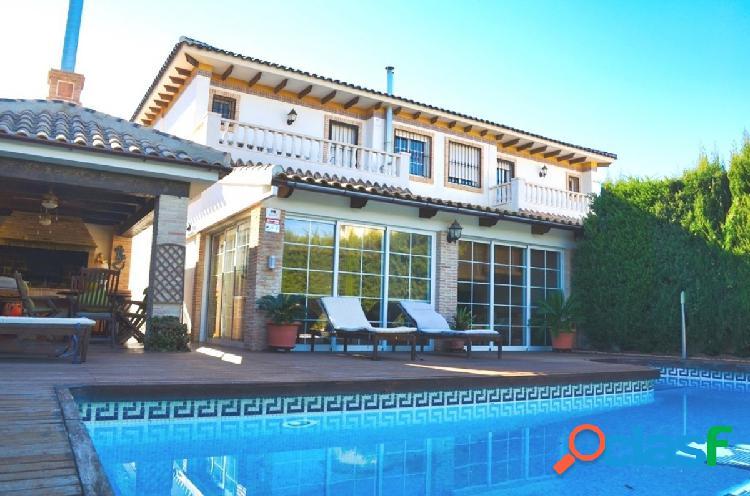 Chalet semi-adosado con piscina privada en aguas nuevas, torrevieja.