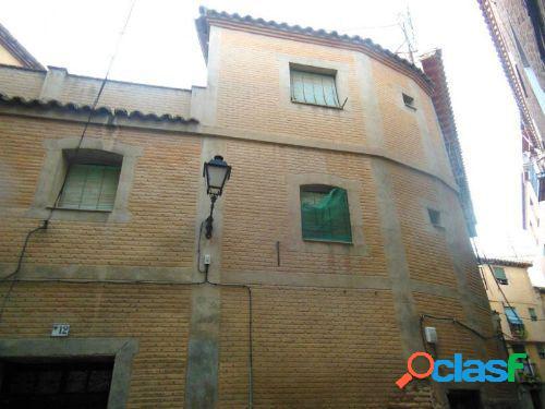 Casa de tres plantas con patio toledano y terraza muy proxima a santo tome!!!