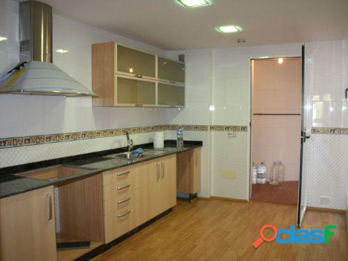 Estupendo piso de 132 m2 con 4 dormitorios y 2 baños.