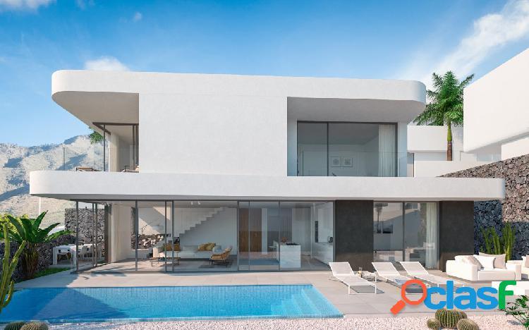 Villa independiente de 3 dormitorios, 3 baños, primera linea, piscina y ascensor privado