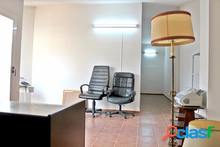 Piso seminuevo de 131 m2 con 3 dormitorios, 2 baños, buhardilla de 18 m2 y ascensor en zona centro tesifonte.