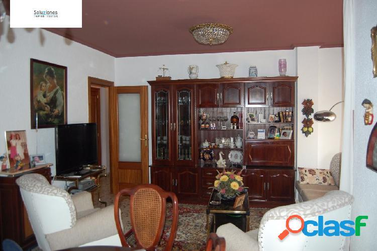Piso muy amplio en zona franciscanos-rosario, con 4 dormitorios, 2 baños, calefacción central, ascensor.