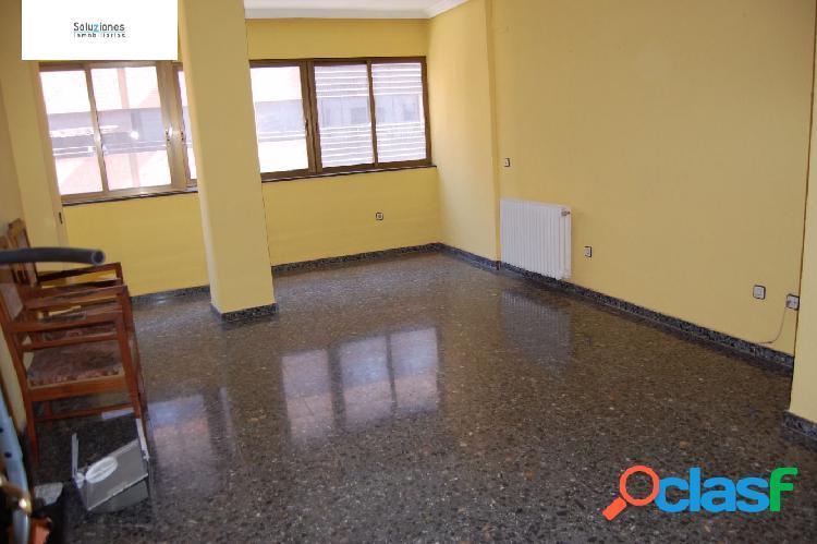 Amplio piso para entrar a vivir por la zona avenida ramón y cajal. con garaje en la misma finca.