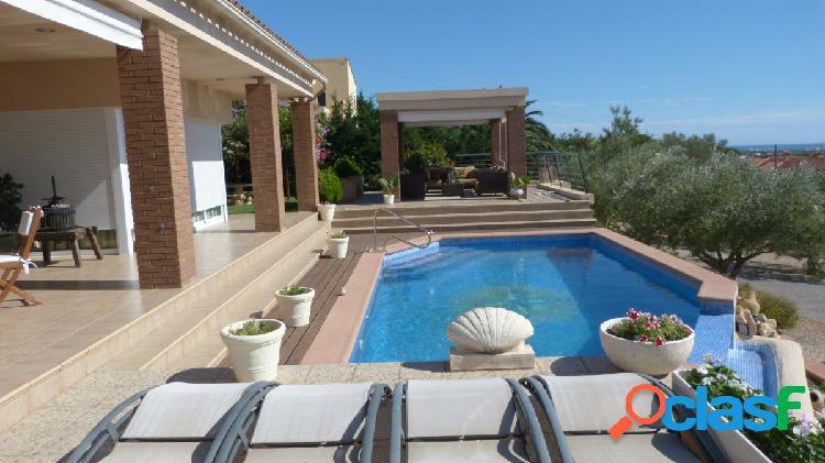 Moderna y lujosa villa con vistas panorámicas de mar y montaña situada en la exclusiva urbanización