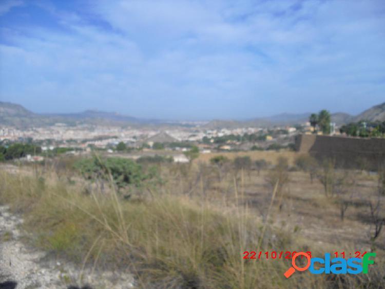Parcela con vistas espectaculares a Elda y Petrer, poblada de chalets en la parte alta de Salinetas.