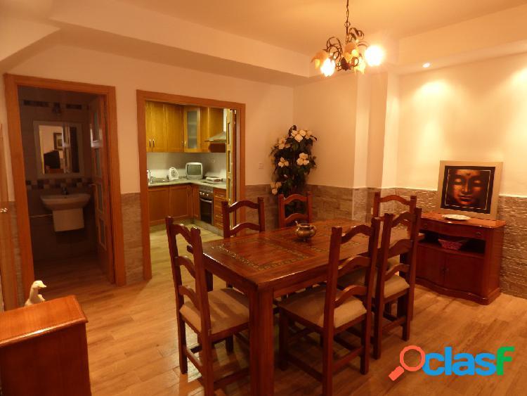 Casa en pleno centro de elda. 2 plantas. 3 hab, 1 aseo en planta superior. 1 aseo, amplio salon y cocina en la planta baja. totalmente reformada.