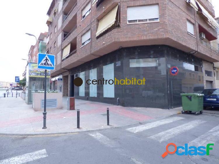 Local en esquina de 150 m2 en gran avenida con grandes escaparates, dividido en varias estancias.