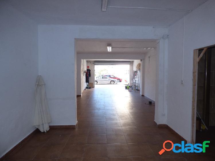Local situado en marina española, de 96 m2, reformado, con pavimento de gres, dos estancias y dos aseos.