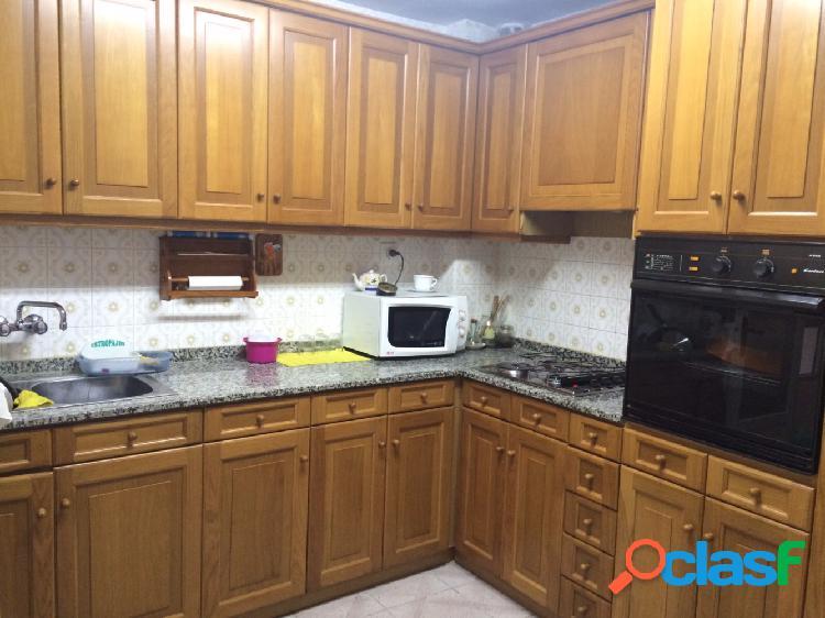 Vivienda semireformada en de 75 m2, de tres dormitorios y con plaza de garaje incluida en el precio.