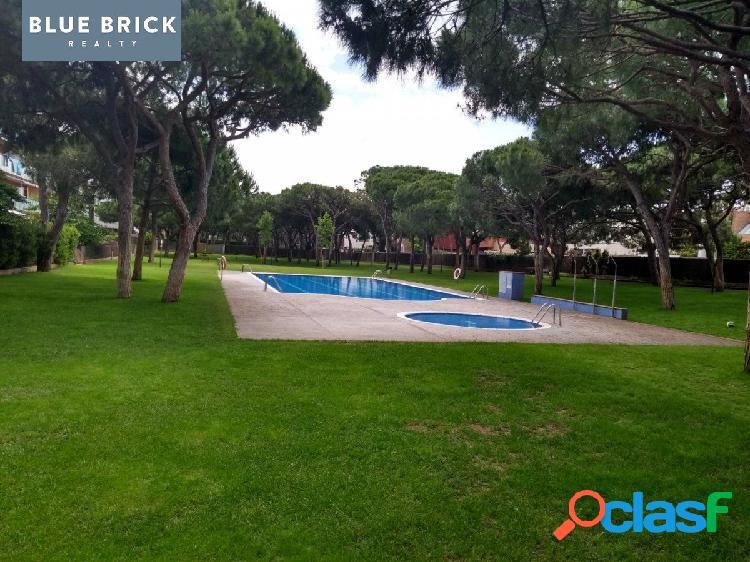 Planta baja con gran terraza de 4 habs., 2 baños, parking, trastero y piscina.