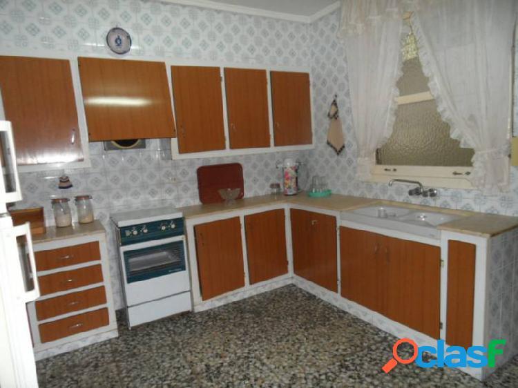 1º piso con cuatro dormitorios, 240 euros al mes es tuyo,