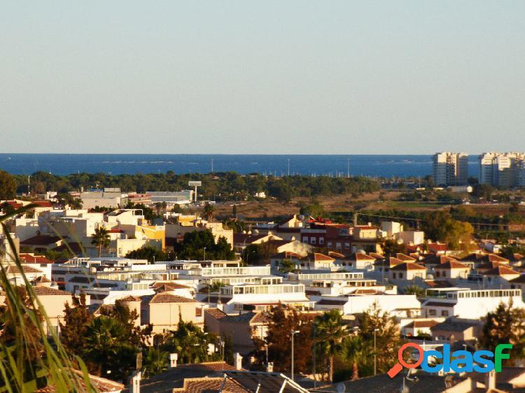 Buenas terrazas y piscina, vistas al mar
