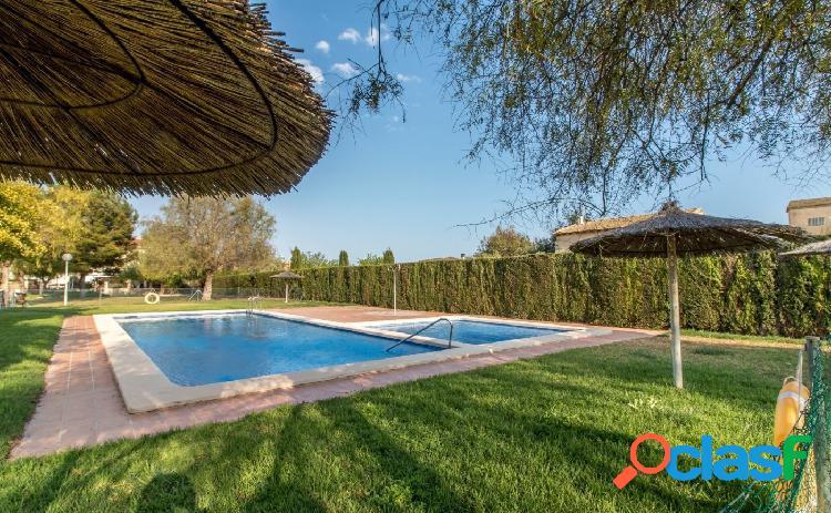Bungalow adosado seminuevo en venta en aspe, urbanización con piscina, terraza y jardín