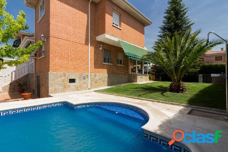 """""""Peñas Albas"""" unifamiliar impecable con piscina"""