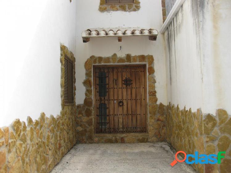 Preciosa casa rustica, consta de 250m2 habitables, 3.520m2 de terreno, pozo y 1,5 fanegas de olivos