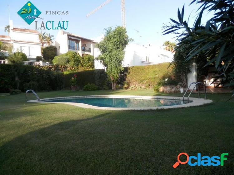 Precioso chalet con vistas al mar, en la urbanización vallpineda con gran jardín, piscina y porche