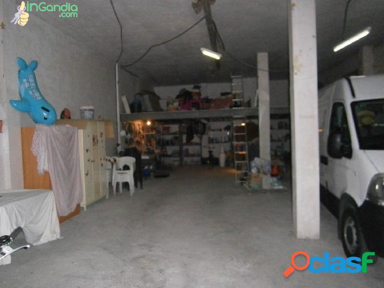 Local 200 m2 con altillo, oficinas y baño