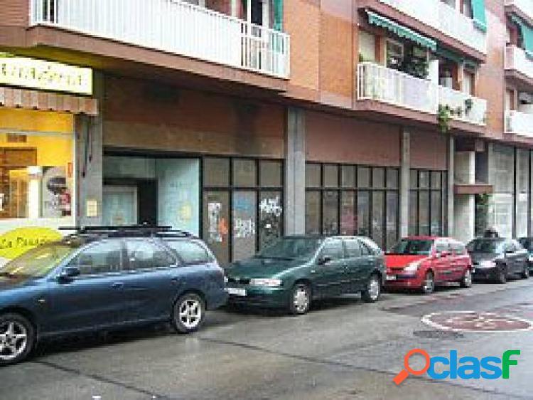 Local comercial con gran fachada y distribuido en despacho, amplio almacén