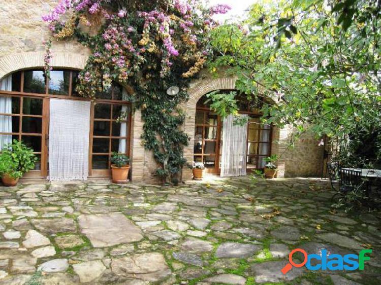 Casa con encanto en gaüses para 6 personas, jardin y pisicina. alquiler semanal