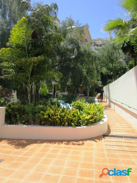 Atico duplex en marbella a 5 minutos de puerto banus. con piscina y jardines comunitarios. con garaje y trastero.