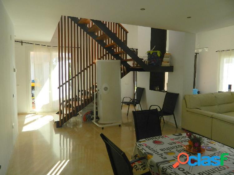 Chalet de dos plantas con 267 m2 construidos en la planta baja y 219 m2 en la planta alta (30 m2 de salón y 189 m2 de terraza) en una parcela de 929 m2, con piscina y jardin, garaje y traster