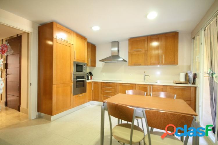 Piso amplio y confortable con magnificas calidades. con 2 terrazas, 3 piscinas, jardines comunitarios y plaza de garaje.