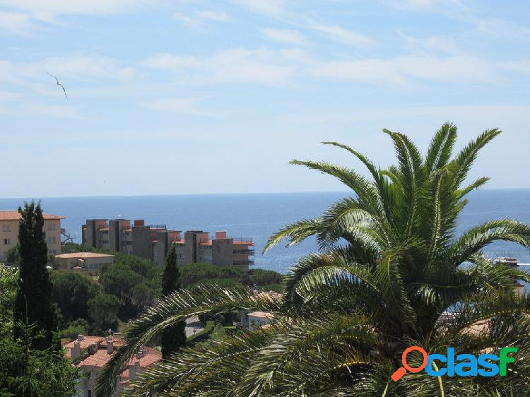 Parcela para construir una vivienda unifamiliar con vistas al mar y a la montaña.