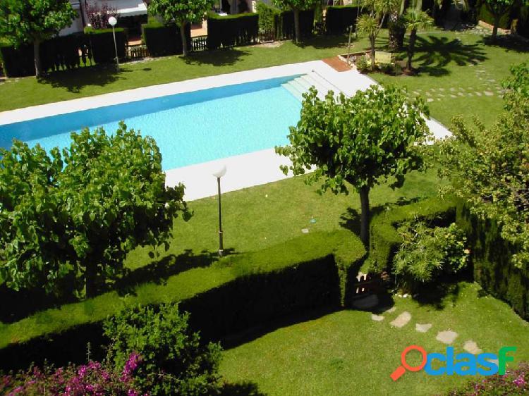Piso cerca del centro de sant feliu, zona muy tranquila. parking, terraza, piscina.