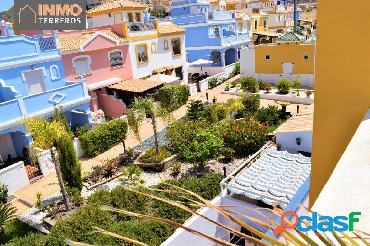 Coqueto dúplex de 3 dormitorios con solárium y estupendas vistas al mar, la montaña y jardines