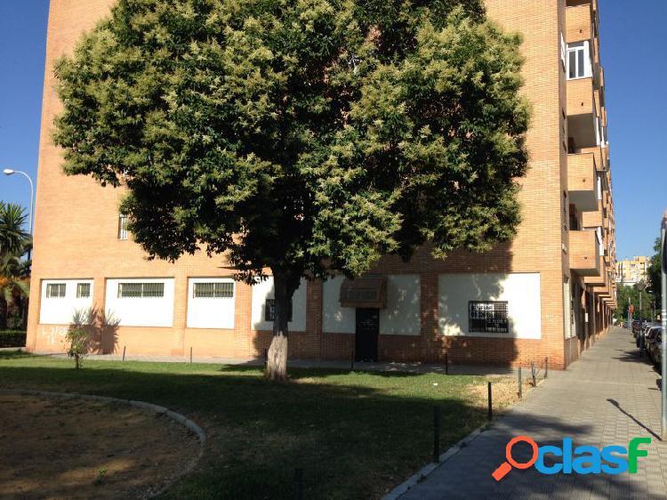 Local 100 m2. en esquina con 20 metros de fachada hacia zonas verdes.