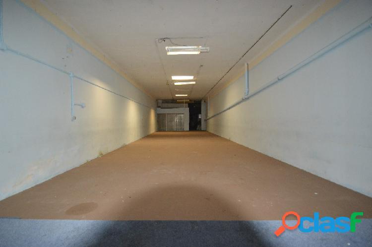 Local de 250 m2, en planta baja diáfano, vado permanente.