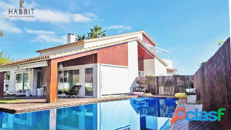 Chalet exclusivo en venta en calafell. alto standing. con piscina interior, parking y gimnasio.