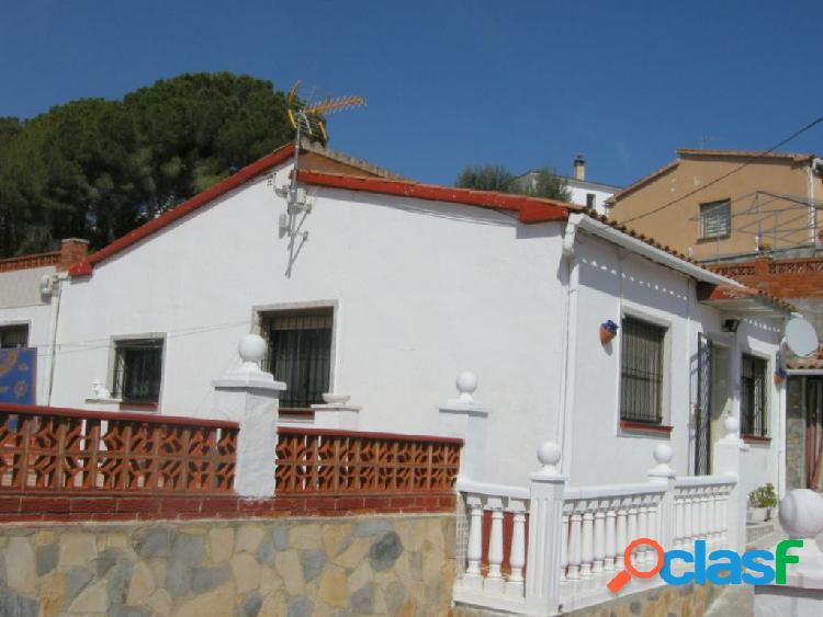 Casa a 4 vientos con cinco locales situados debajo de la casa en urbanizacion de esparreguera.