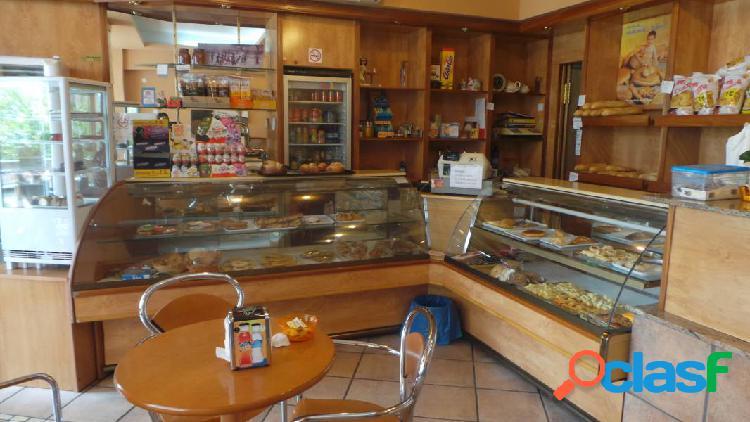 Local comercial panadería-cafetería en la zona del club náutico de dénia (costa blanca)