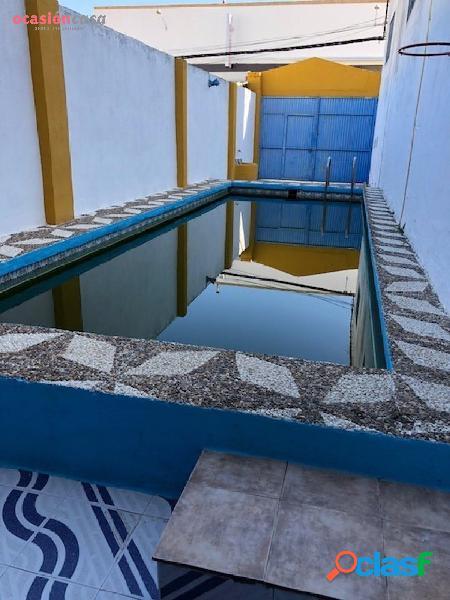 Nave con vivienda además de patio con piscina!!!!